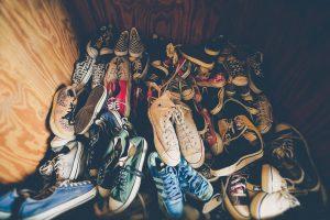 Erilaisia kenkiä kasassa.
